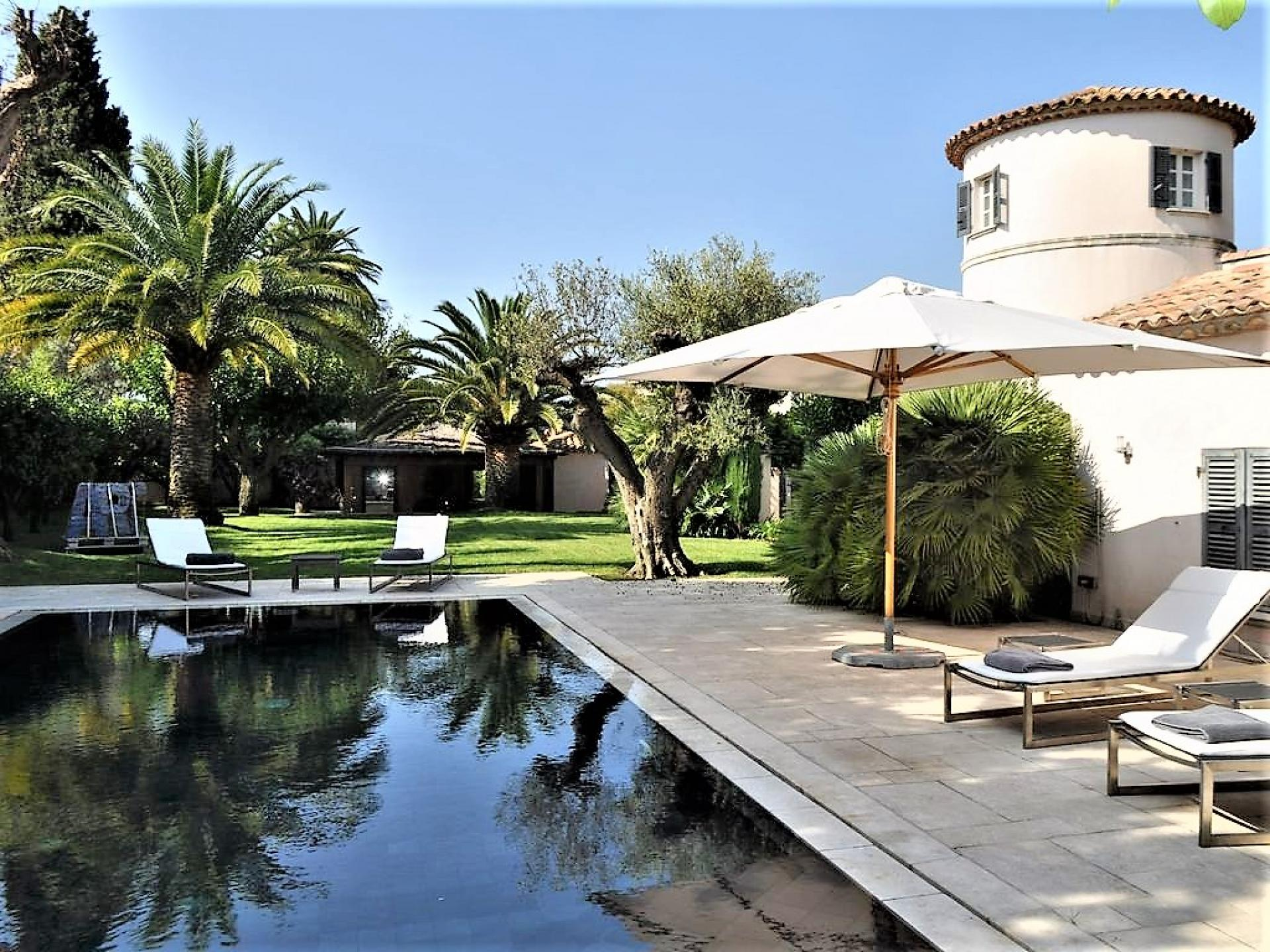 A LARGE SWIMMING POOL ANT ITS GARDEN IN A LUXURY VILLA TO RENT RIGHT IN THE CENTRE OF SAINT TROPEZ