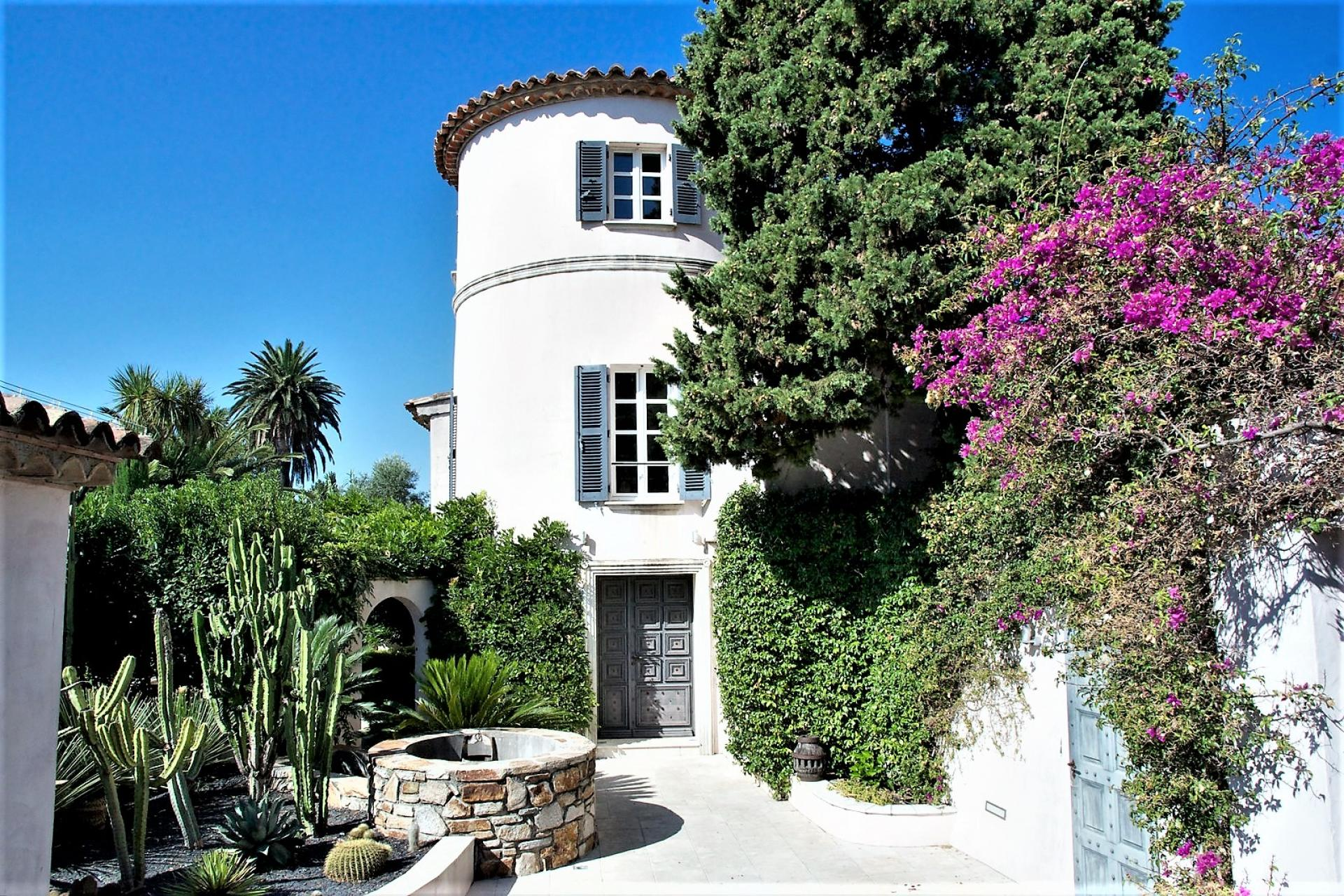 AN ORIGINAL VILLA IN THE CENTRE OF SAINT TROPEZ FOR YOUR HOLIDAYS